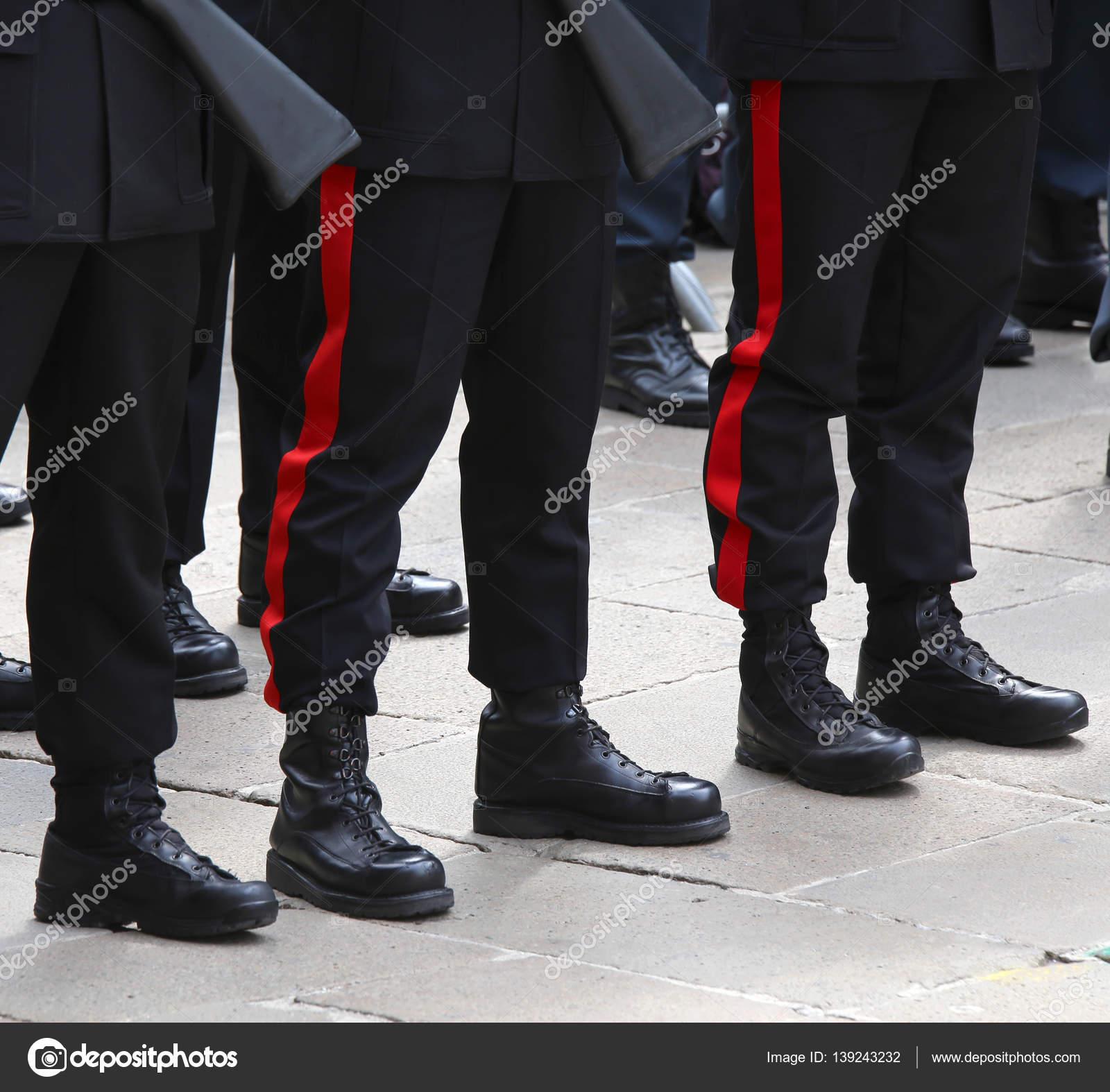 nuovo prodotto e889d 0167e Stivali e pantaloni di poliziotto italiano — Foto Stock ...