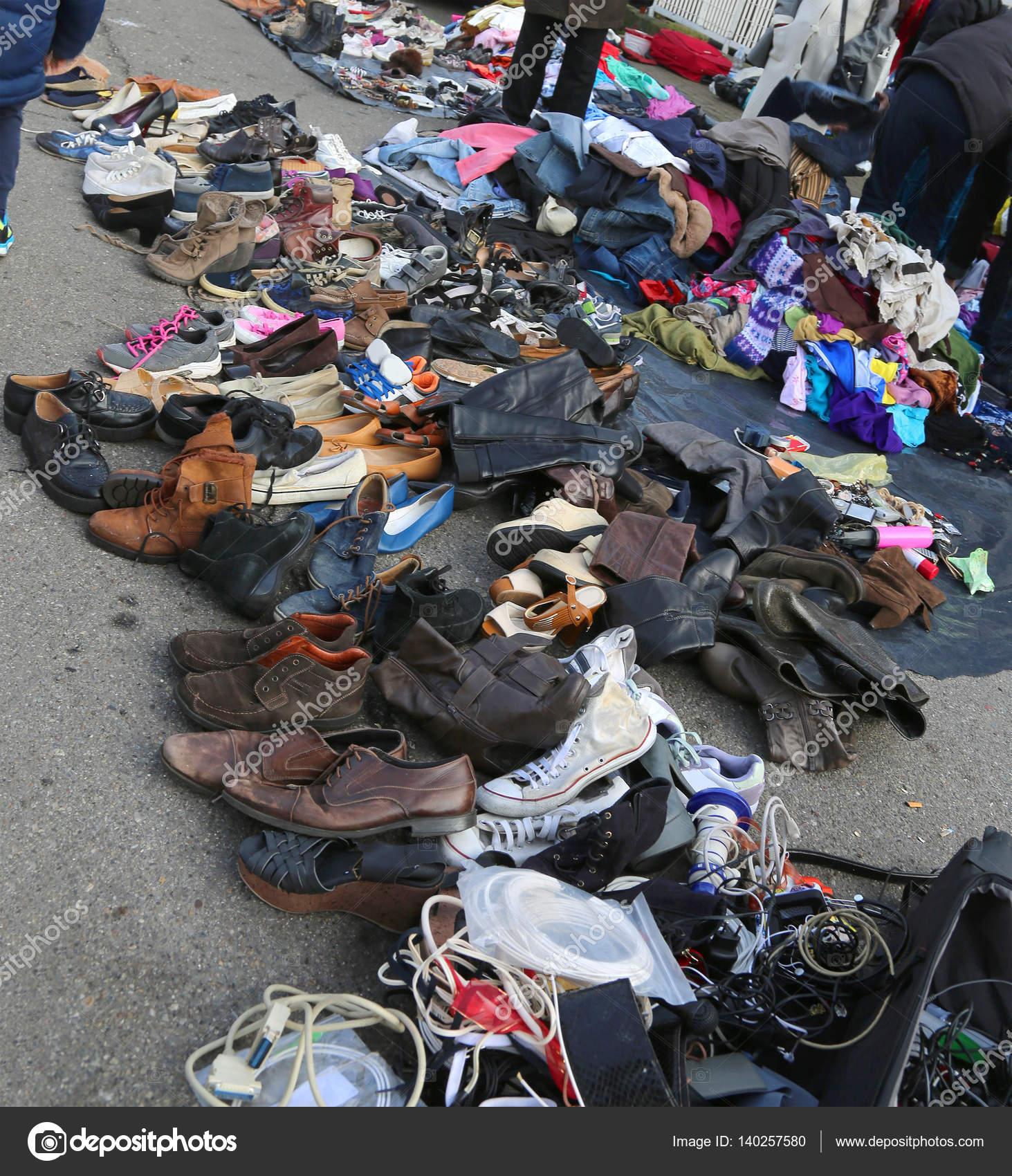 13992c78ad09 Μεταχειρισμένα ρούχα και άθλια ρούχα σε μια υπαίθρια λαϊκή αγορά —  Φωτογραφία Αρχείου