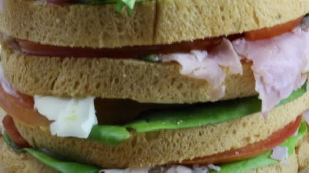 Gant szendvics réteg kenyér, saláta paradicsom sajttal töltve