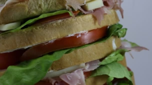 Gant panino farcito con molti strati di pane con salame formaggio di lattuga pomodoro