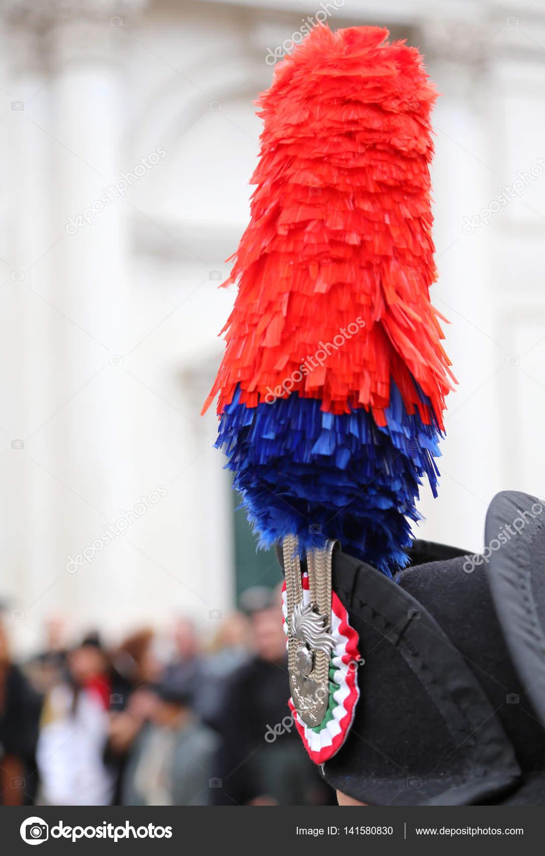 Cappello Un Vestito Pennacchio Blu Uniforme Rosso E Il Di Sopra vmnON8wPy0