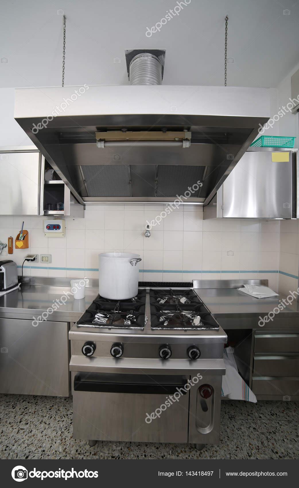 Cozinha Industrial Com M Veis De A O E Uma Panela De Alum Nio No Th