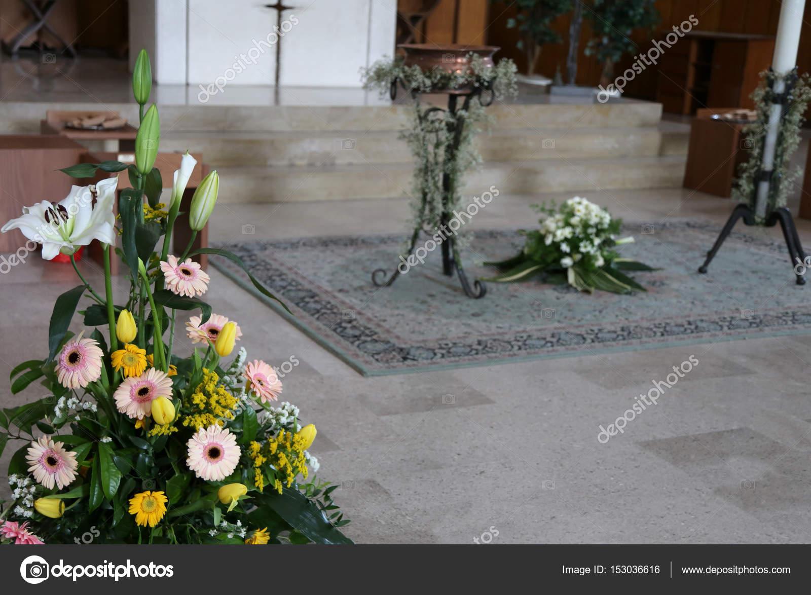 празднование крещения внутри христианская церковь с цветами