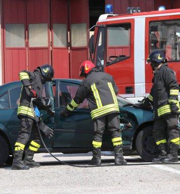 İtfaiye kurtarma sonra trafik kazası sırasında