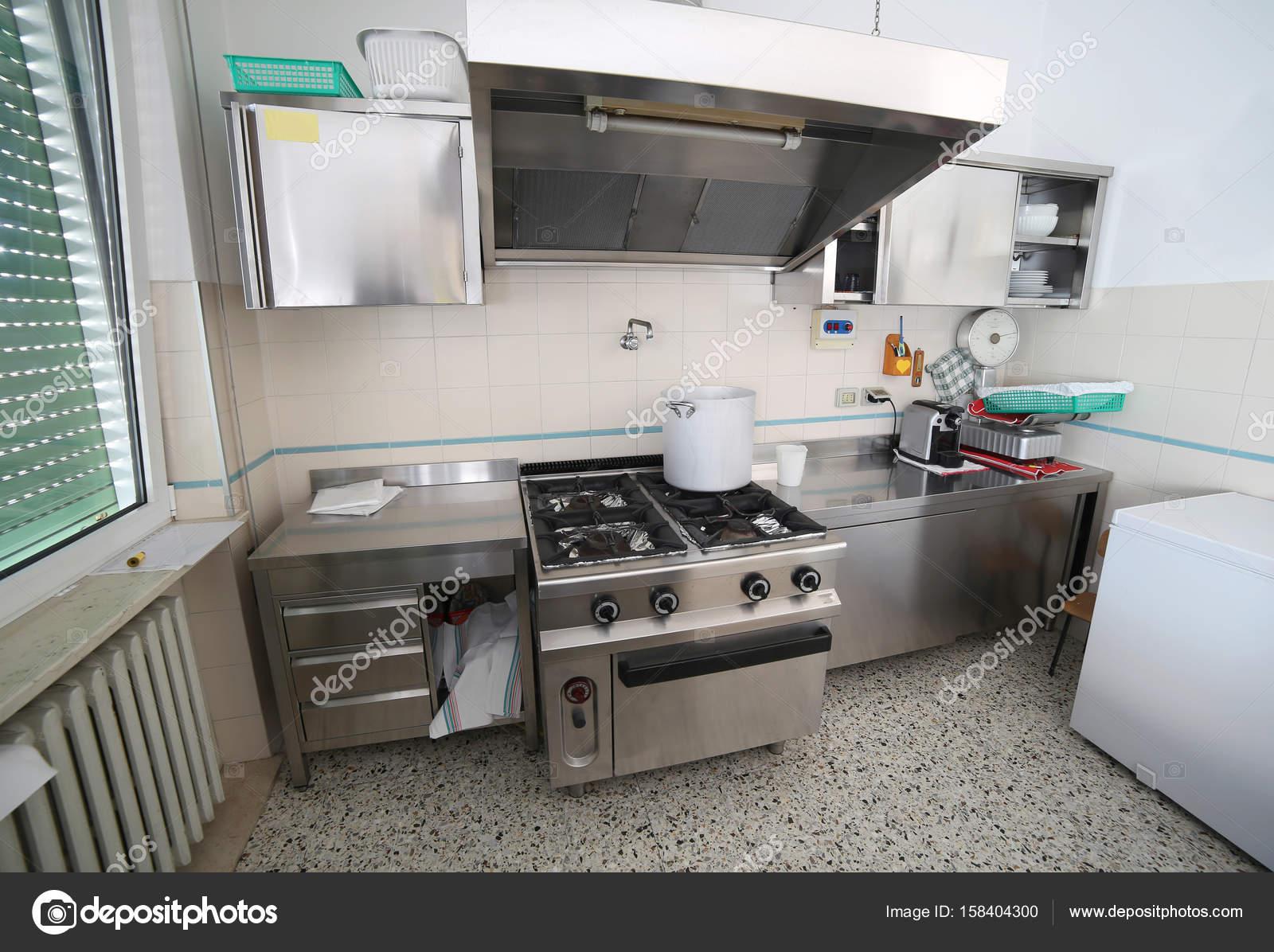 Cozinha Comercial Com Forno Em A O Inoxid Vel E Um Grande Pote