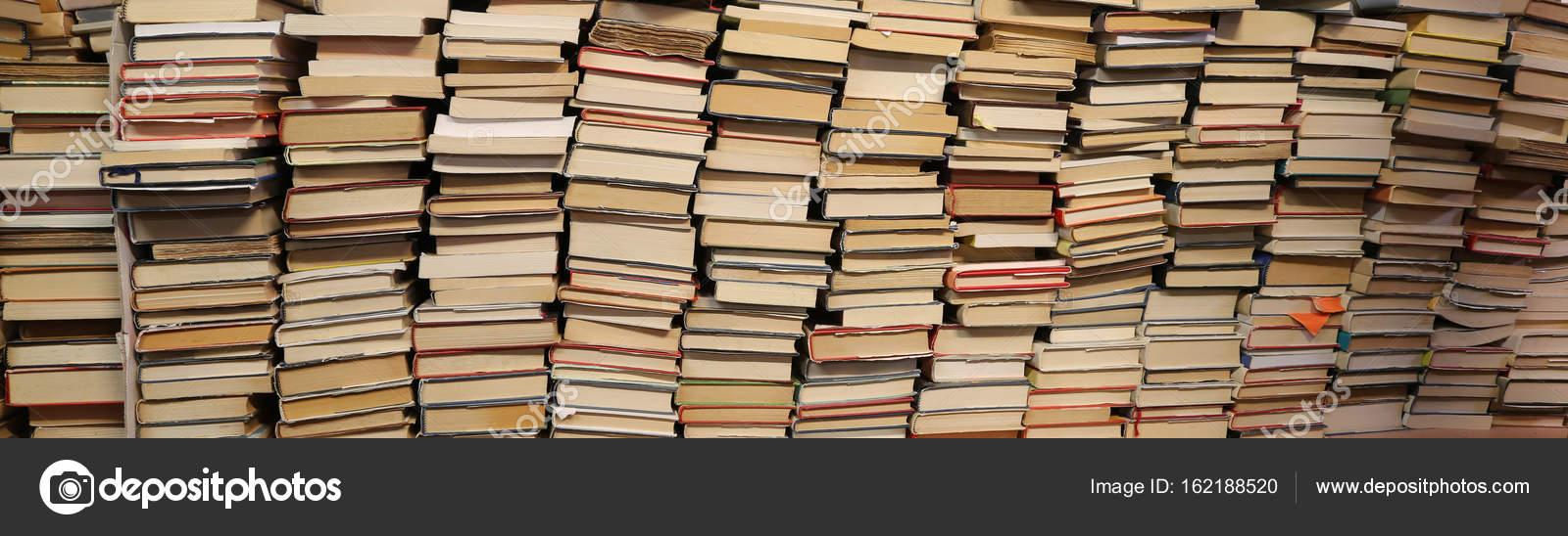 boeken te koop in de gebruikte boekenkast stockfoto