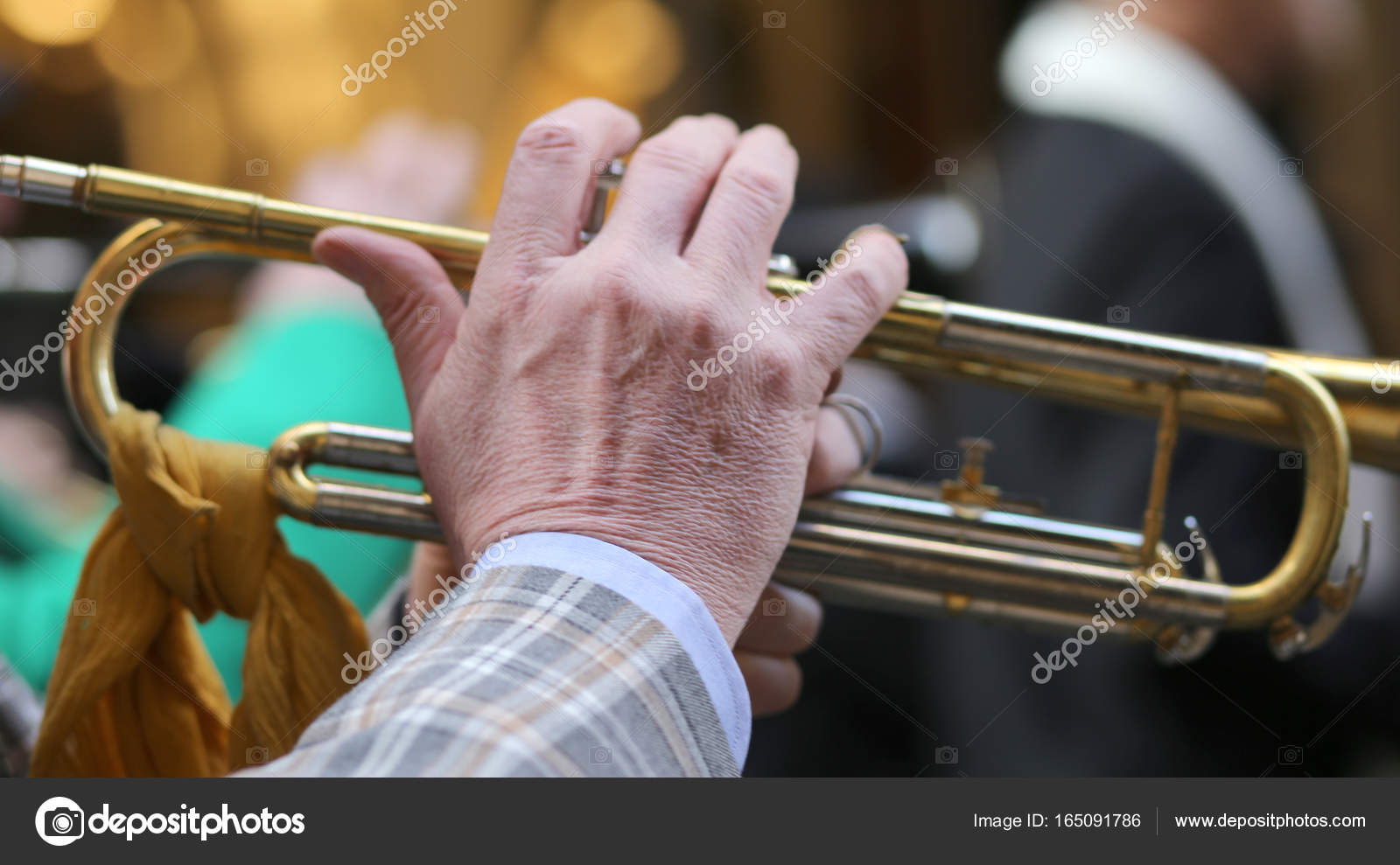 hand of elderly man playing the trumpet in the music band — Stock