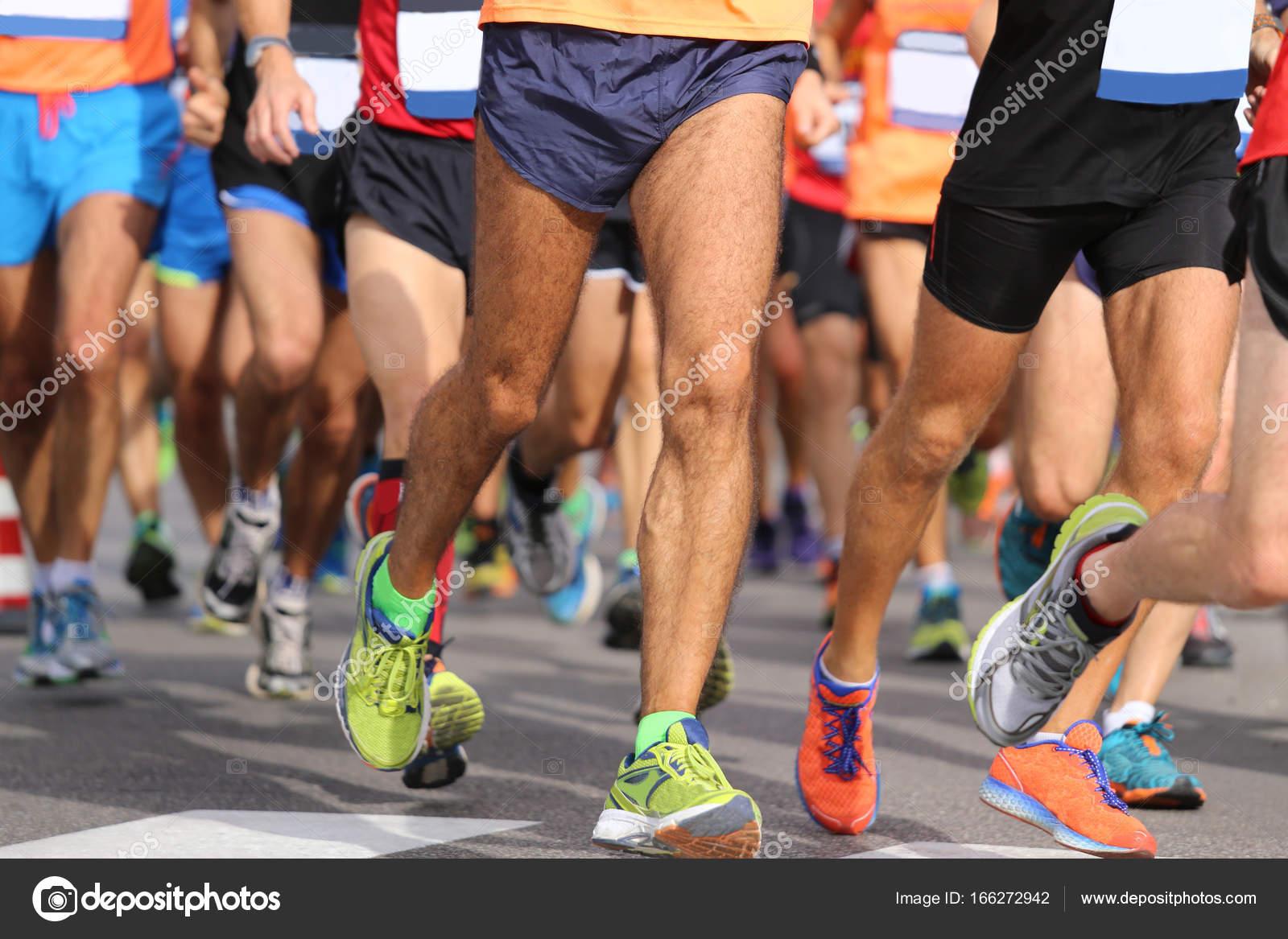 1e26cf60 Бегунов с спортивная одежда и обувь для бега во время марафона– Стоковое  изображение
