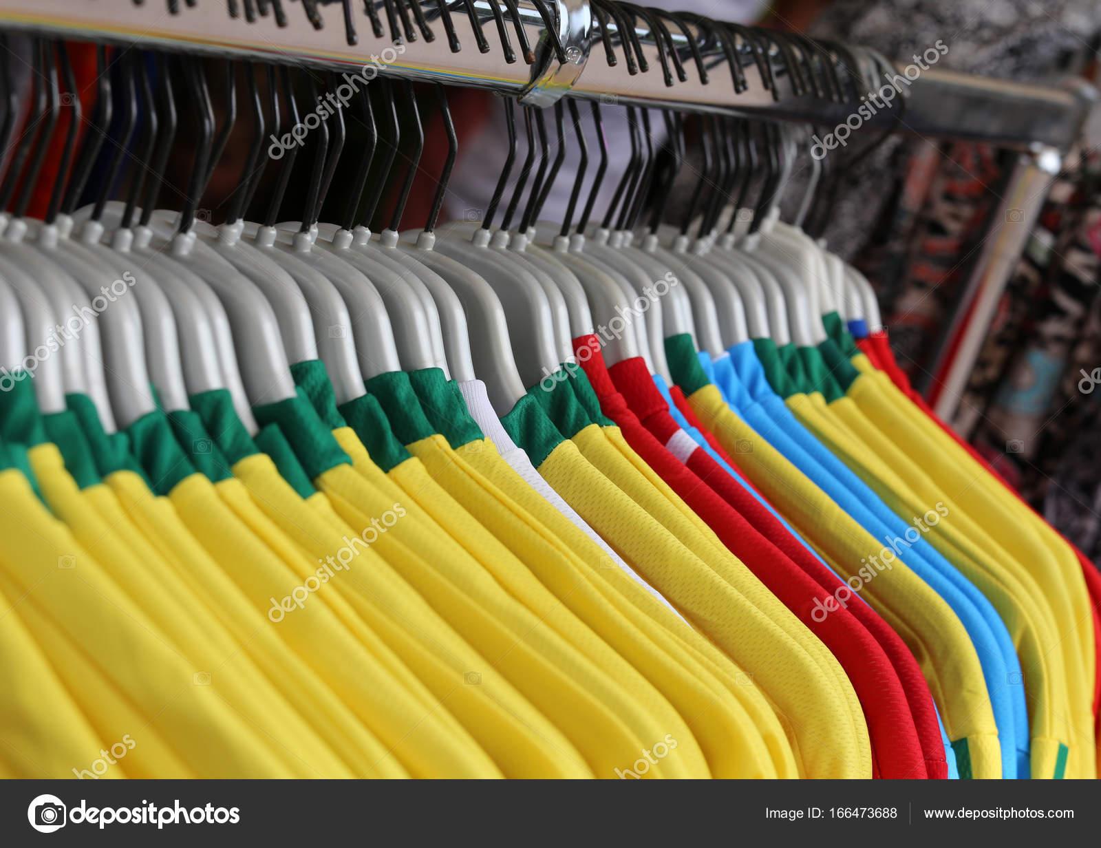 Camisetas de fútbol para la venta en la tienda de deportes especializada —  Foto de ChiccoDodiFC 6a96ae45f0bb2