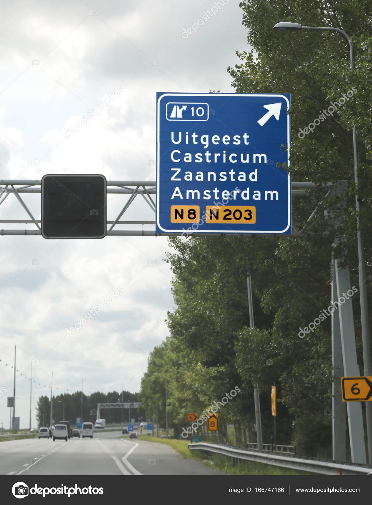 f7ada66d0d04c8 Straßenschild mit Wegbeschreibungen zu Amsterdam und anderen  niederländischen Städten — Stockfoto