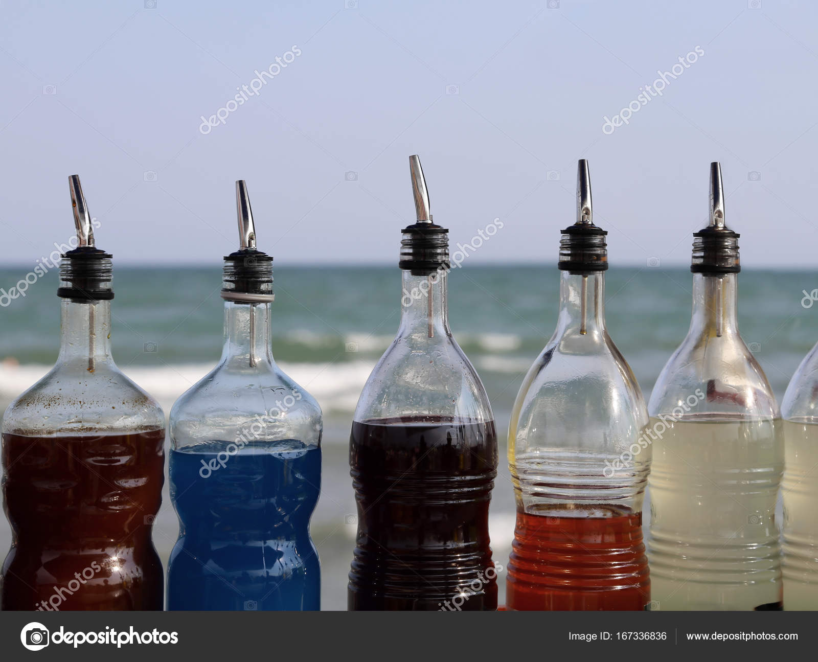 zuckerhaltigen Sirup-Flaschen Getränke und Granaten am Strand ...