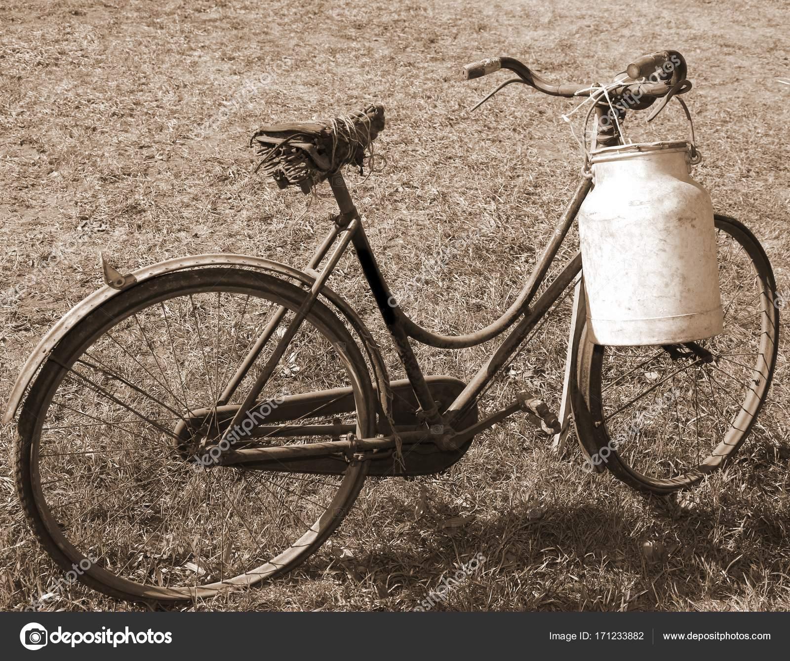 Molto Vecchia Bicicletta Con Una Sella Rotta E Il Latte Può Lattaio
