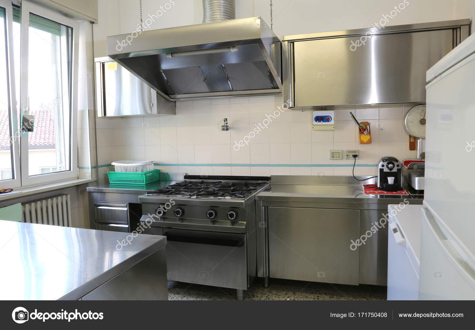 Balde De A O Inoxid Vel Em Uma Cozinha Industrial Stock Photo