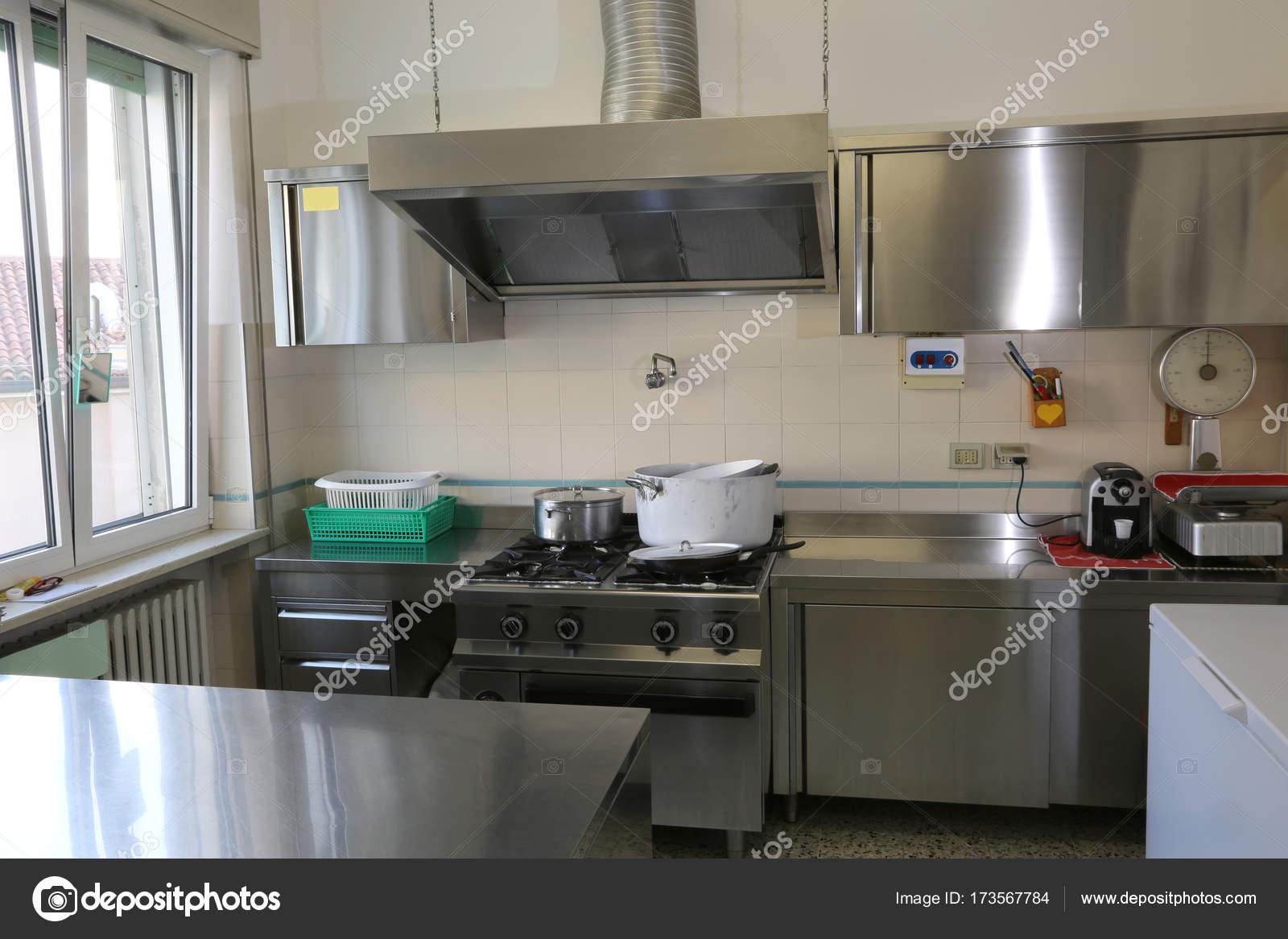 Cocina industrial con muebles de acero de la mancha — Fotos de Stock ...