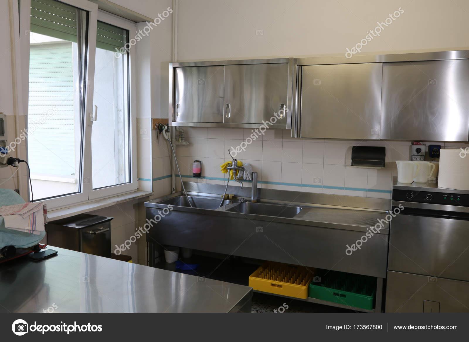 Balde De Inox Grande Em Uma Cozinha Industrial Stock Photo