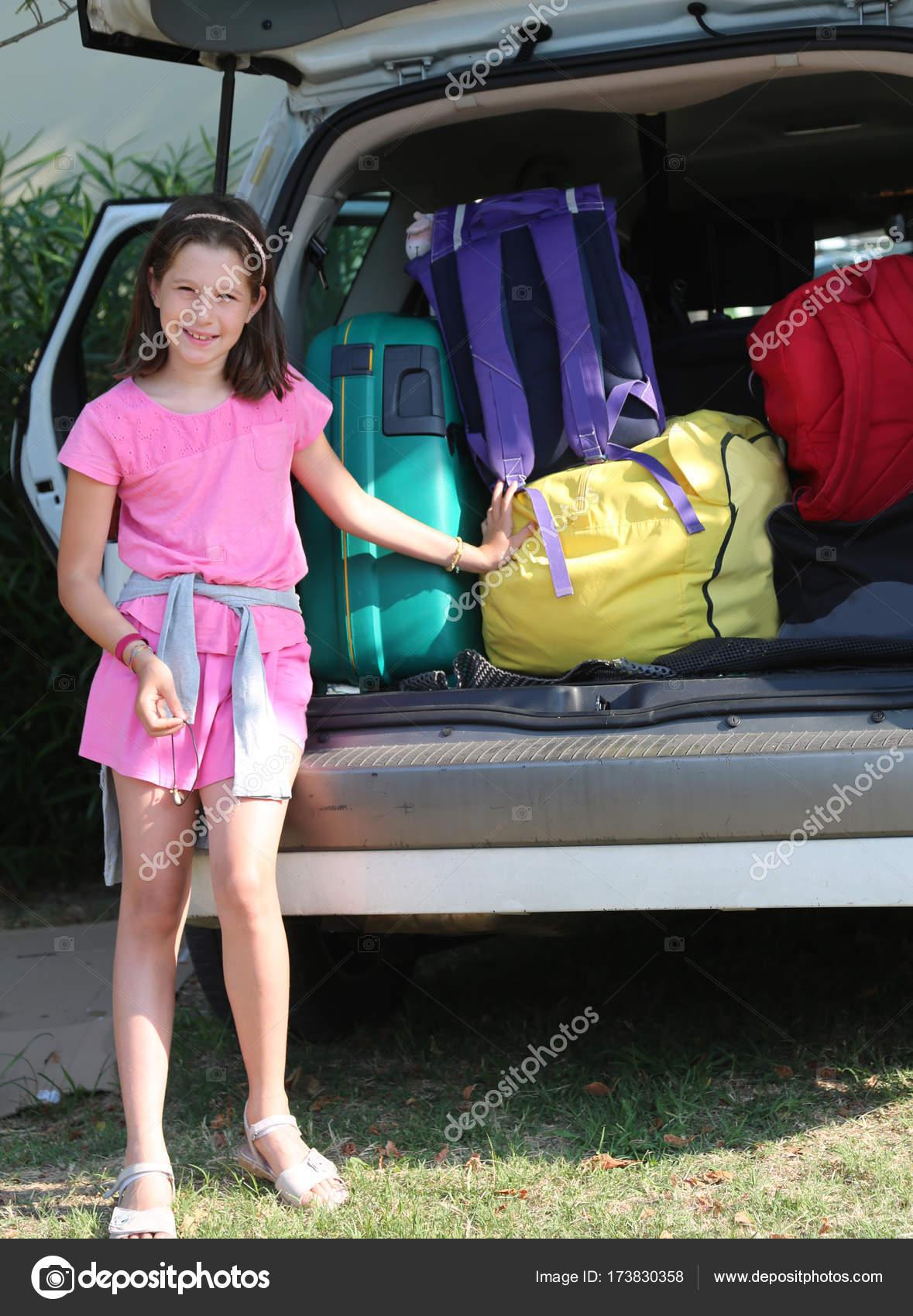 jolie petite fille robe rose charge des valises sur la voiture photographie chiccododifc. Black Bedroom Furniture Sets. Home Design Ideas