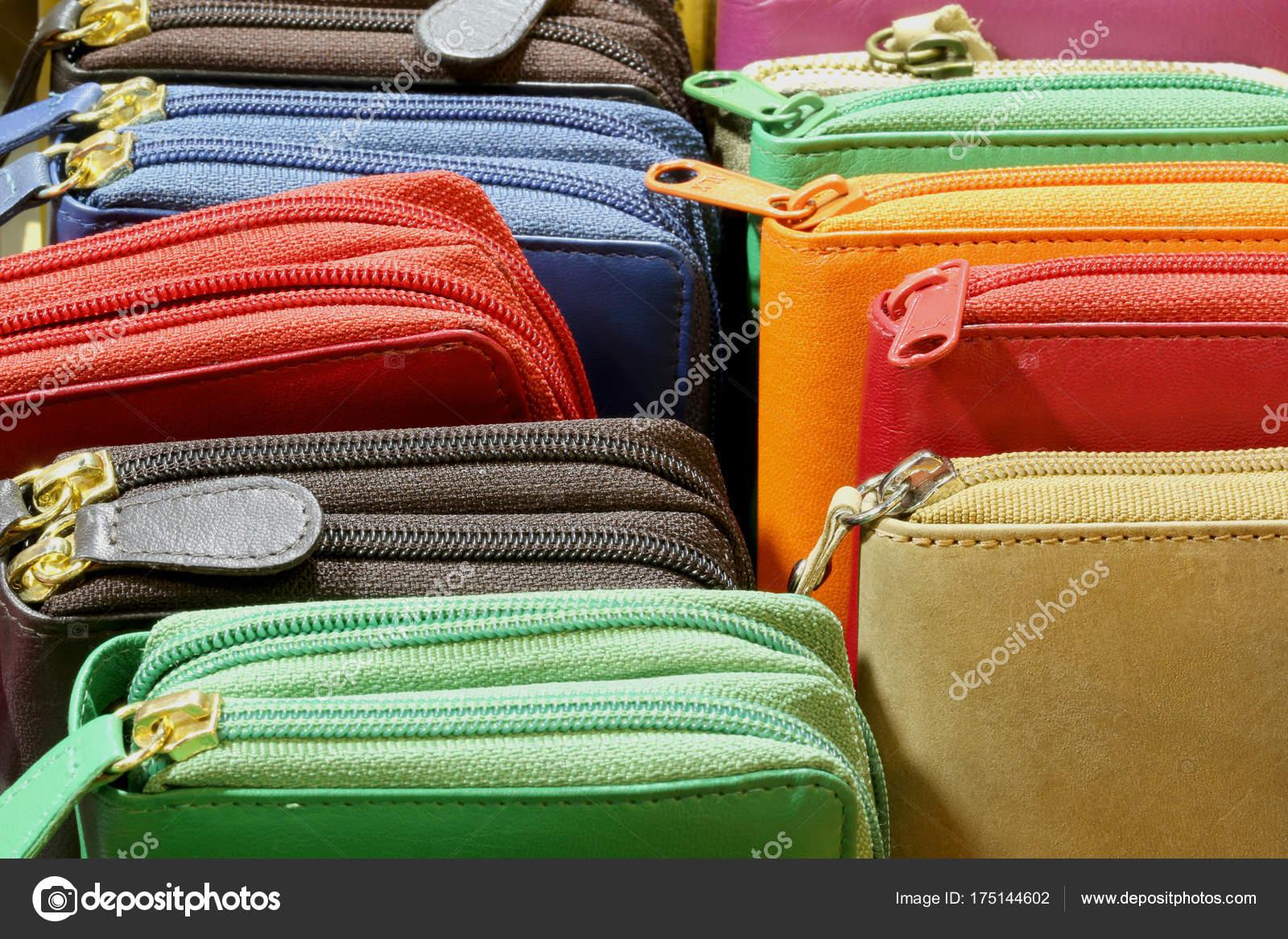 ab37b28c1 Muchas carteras de cuero con cremallera a la venta de artículos de cuero  italiano de color — Foto de ...