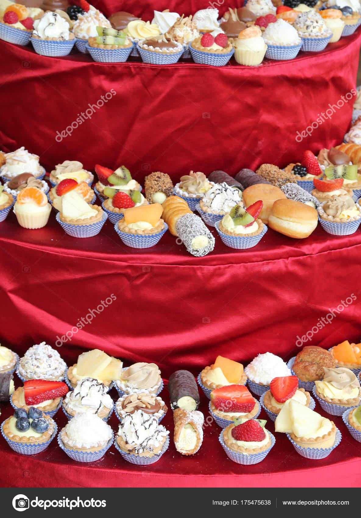 Hunderte Von Geback Kuchen Mit Pudding Und Obst Stockfoto