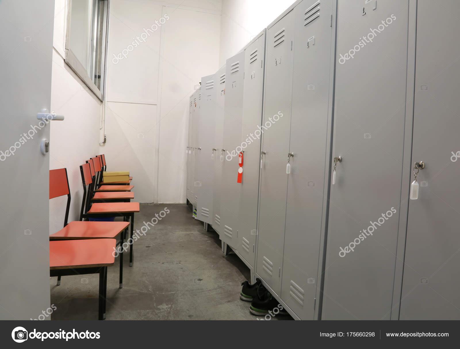 Sedie In Metallo E Plastica : Armadietti in metallo e alcune sedie di plastica in un camerino di