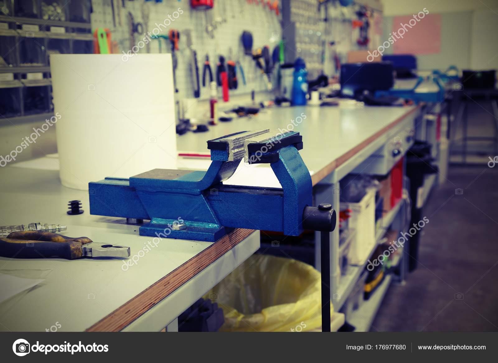 Banco Di Lavoro Meccanico : Banco di lavoro in un officina meccanica per riparazioni con effe