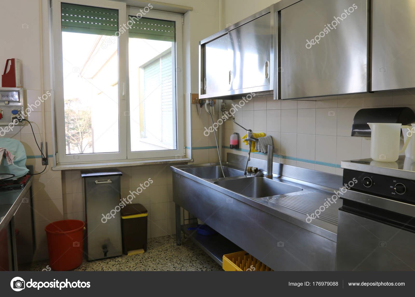 Cucina industriale con mobili in acciaio macchia — Foto Stock ...
