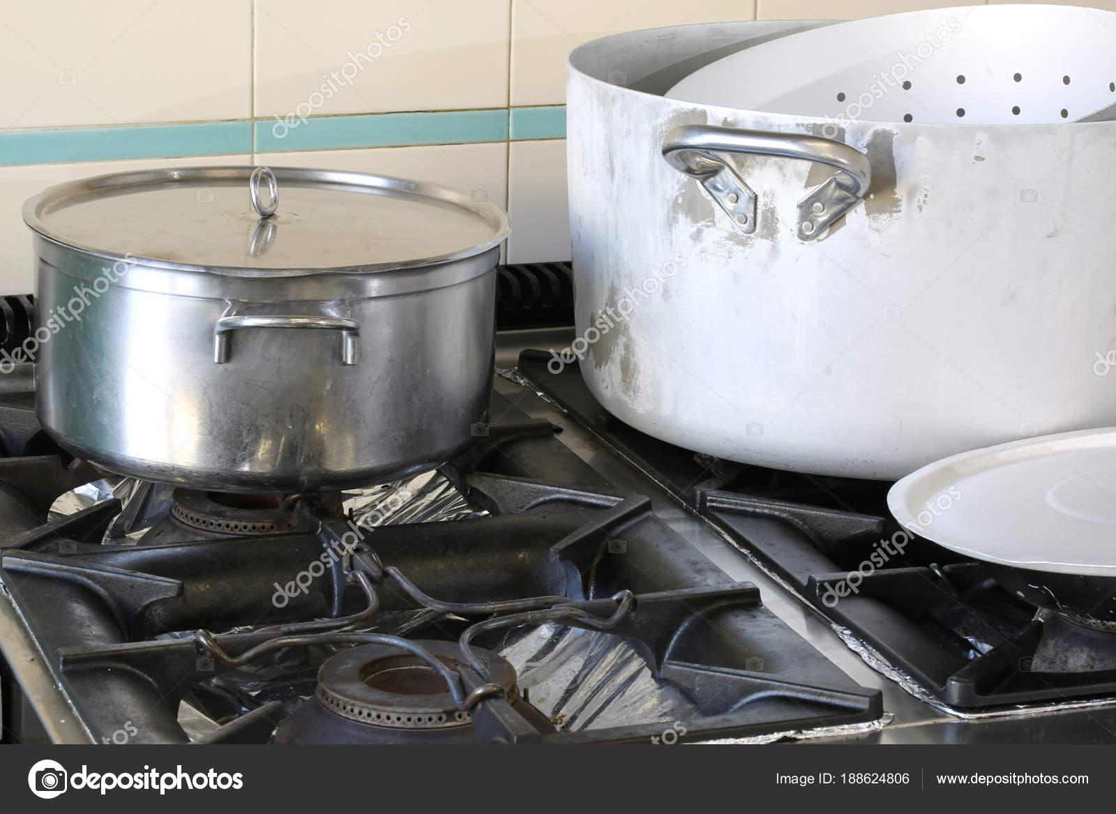 Panelas No Fog O Na Cozinha Industrial De Uma Cantina De Empresa