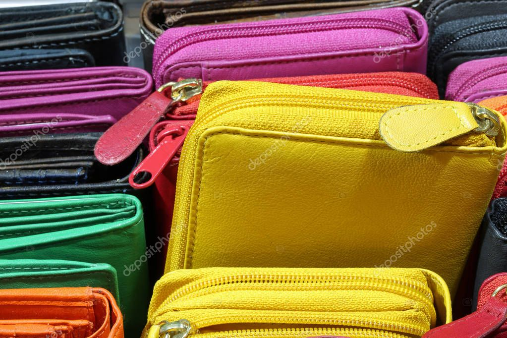 69e85b581a πολλά πορτοφόλια από δέρμα για πώληση στο ιταλικό κατάστημα — Φωτογραφία  Αρχείου © ChiccoDodiFC  188624626