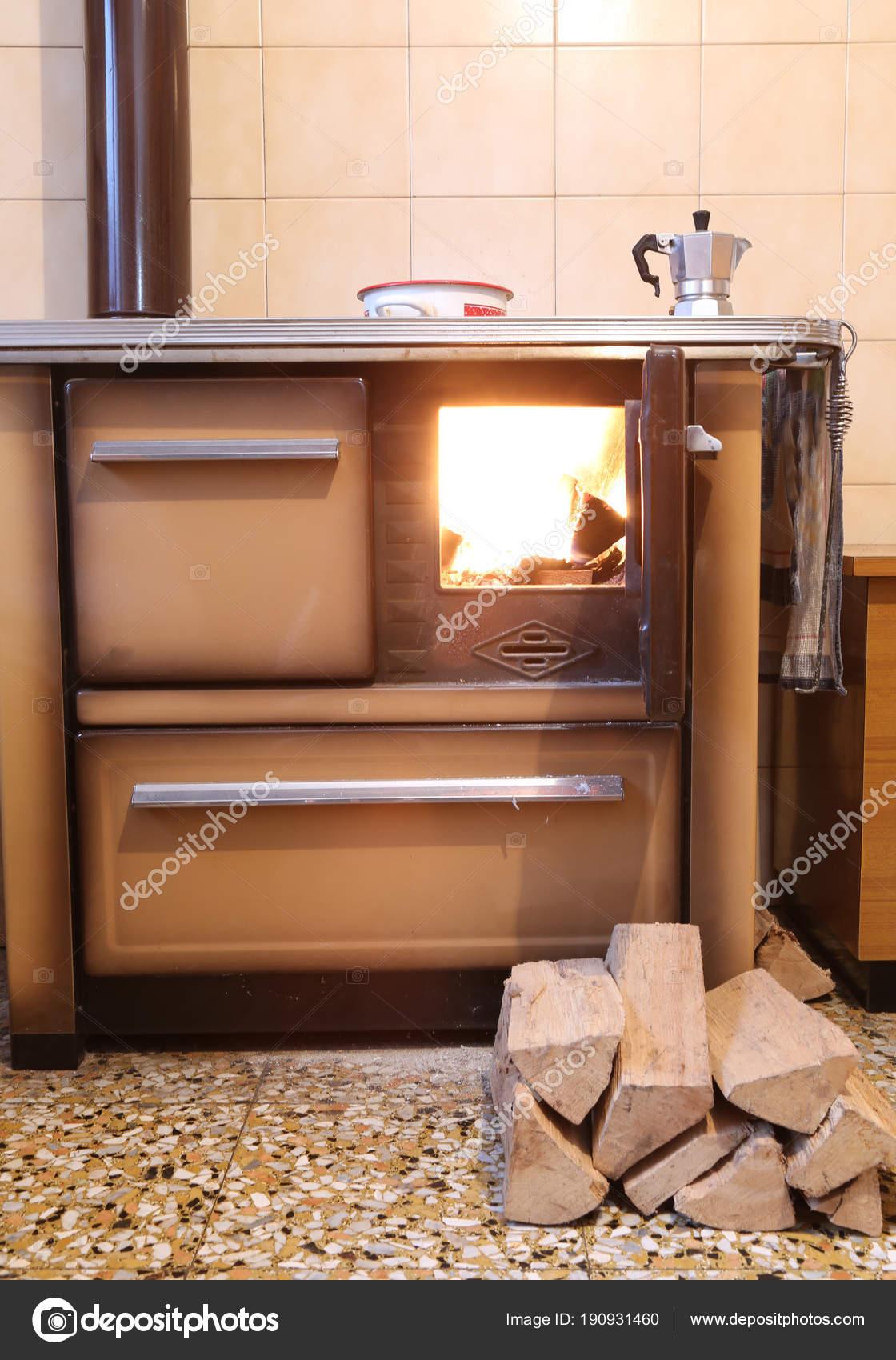 alten Holzofen in der Küche eines Hauses in den Bergen — Stockfoto ...