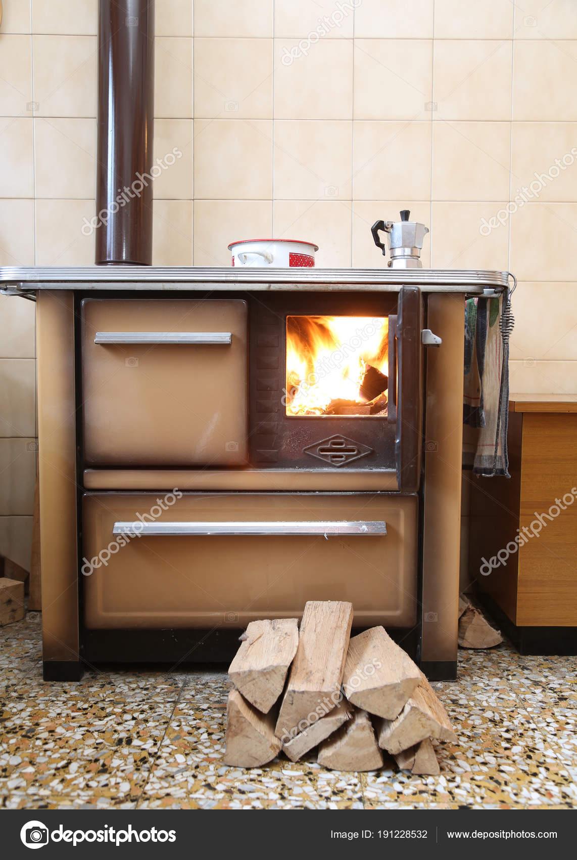 Velha Madeira Fog O A Lenha Em Uma Cozinha De Um Chal Fotografias