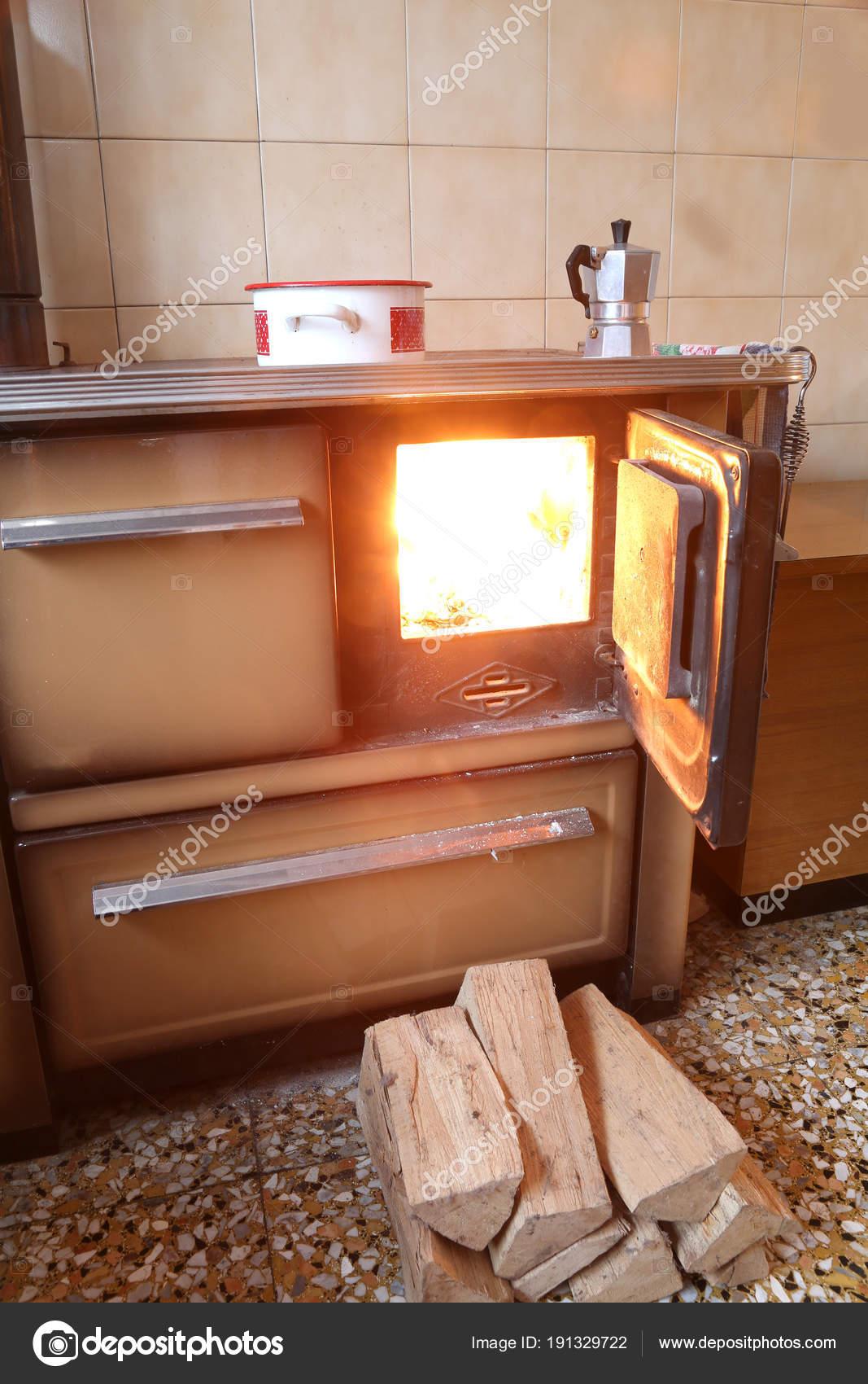 Vecchia stufa in cucina di una capanna di montagna — Foto Stock ...