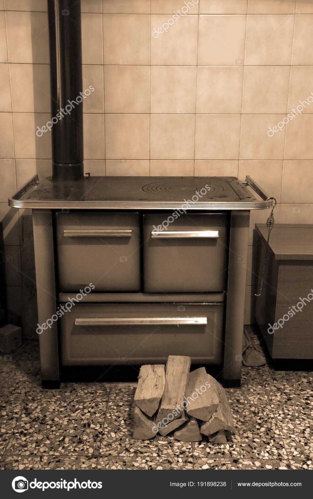 holzofen in der k che ein chalet und die protokolle mit stockfoto chiccododifc 191898238. Black Bedroom Furniture Sets. Home Design Ideas