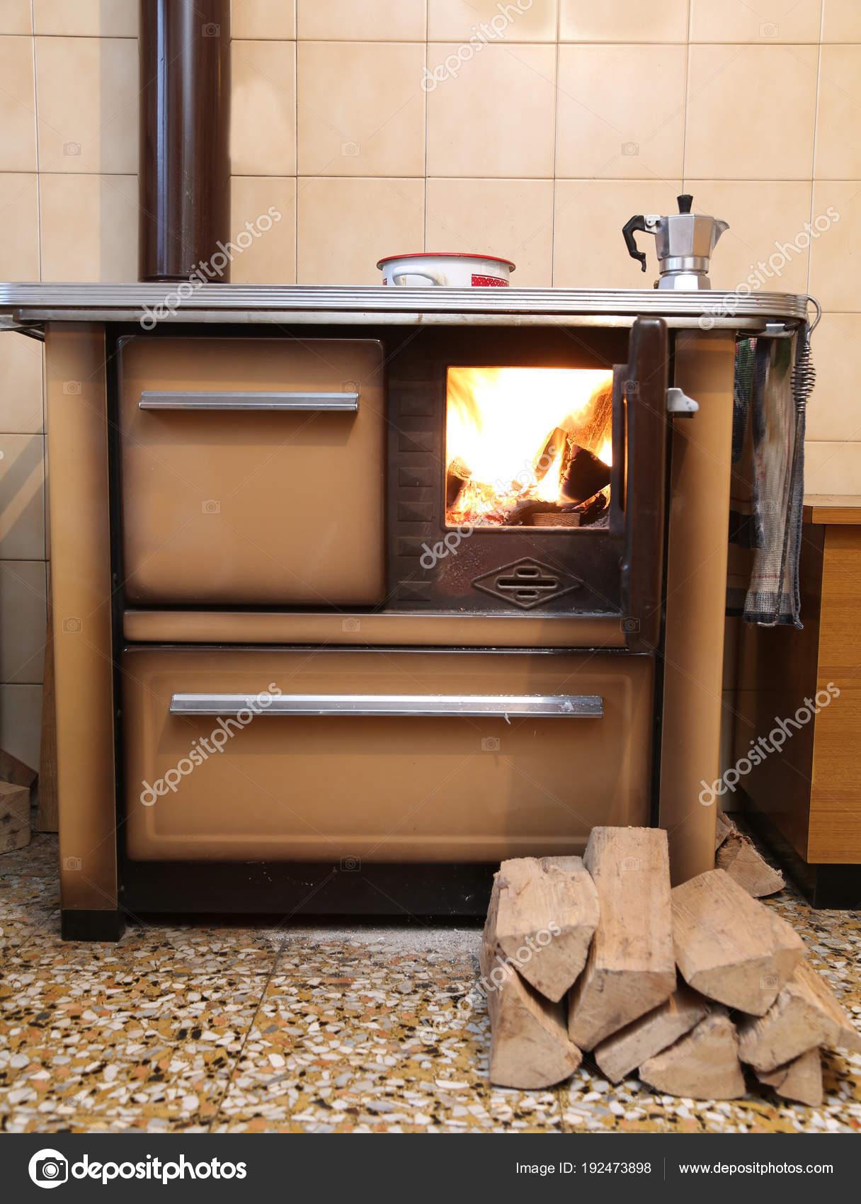 alten Holzofen in der Küche mit dem Feuer — Stockfoto © ChiccoDodiFC ...