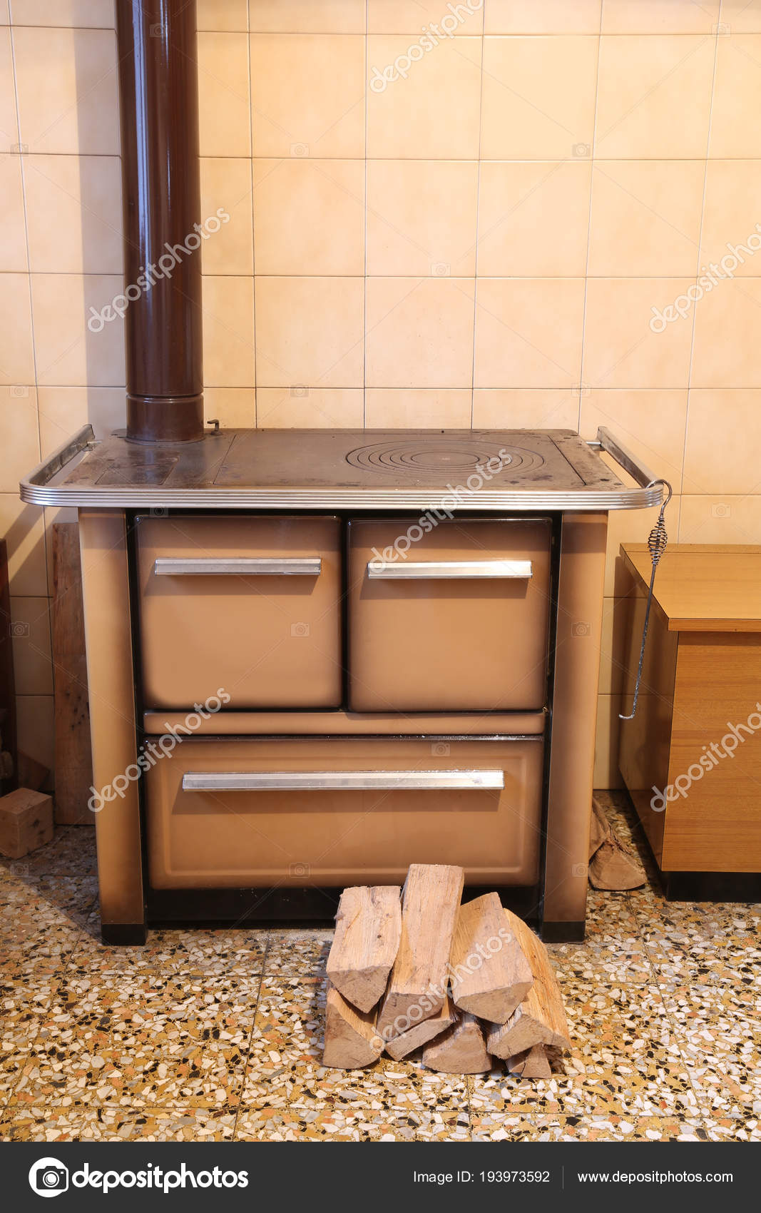 stufa a legna nella cucina di uno chalet di montagna e la l — Foto ...