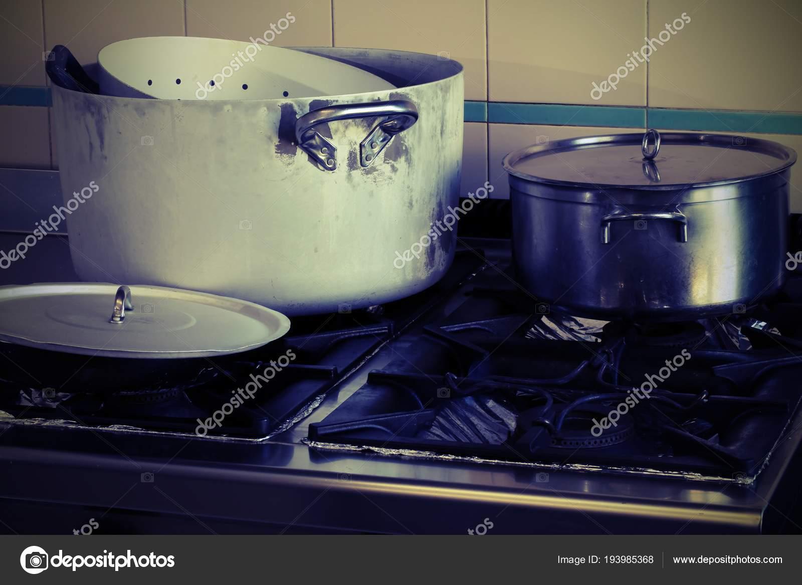 Panelas No Fog O Na Cozinha Industrial Com Efeito Vintage Stock
