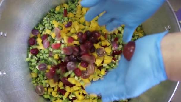 Míchání ovoce aby dort sharlotka