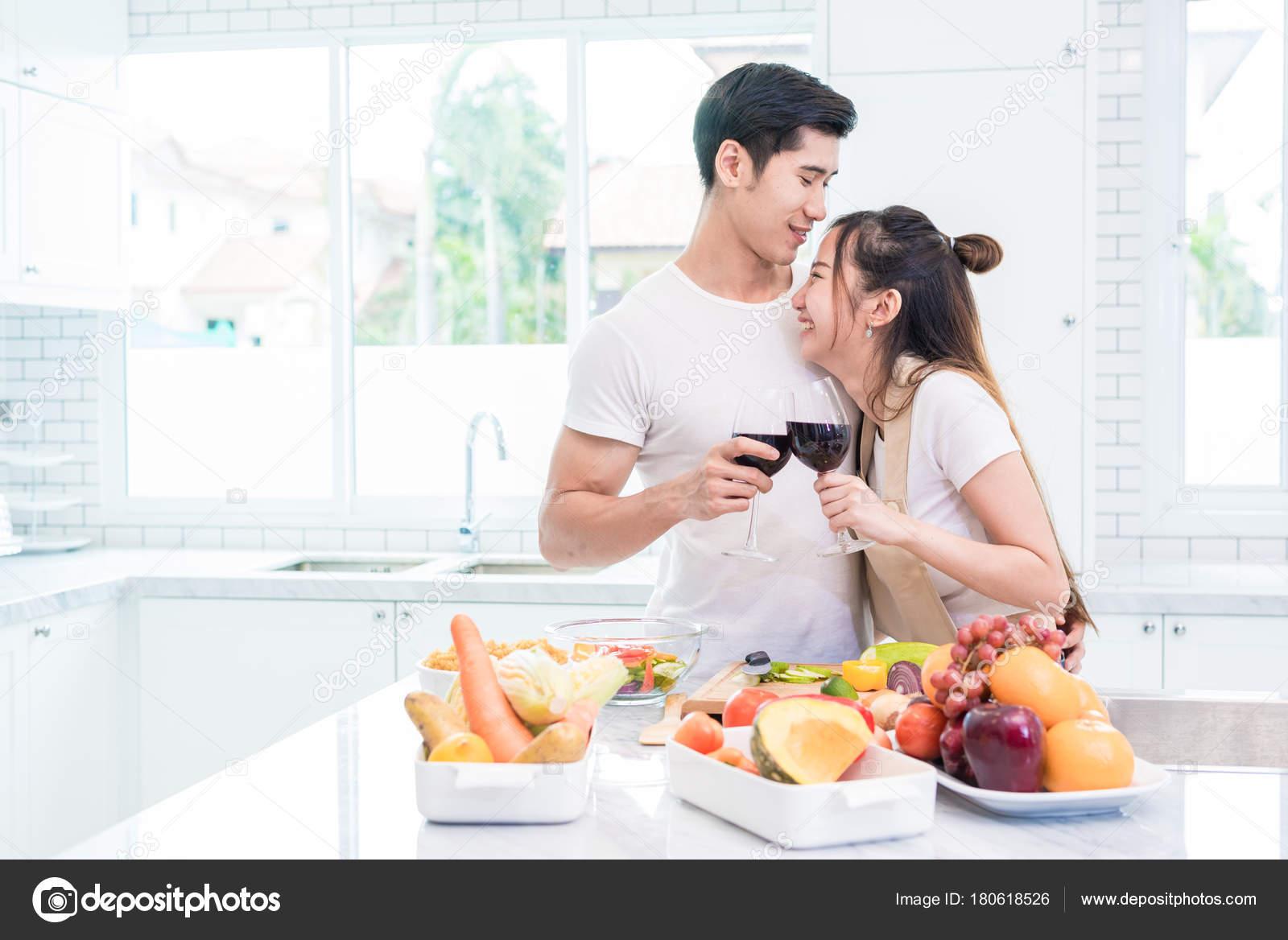 Aziatische liefhebbers of paren het drinken van wijn op kamer van de