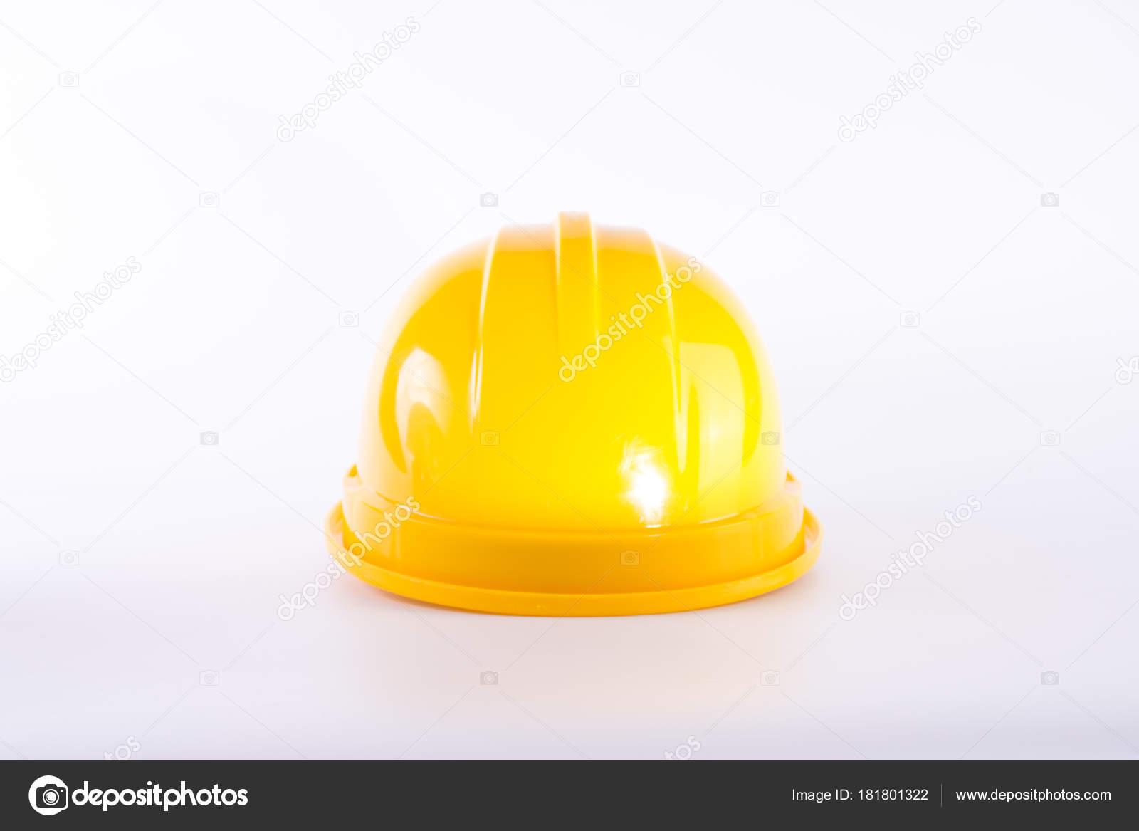 Žlutá bezpečnostní přilba na bílém pozadí. Ochranná přilba izolované na  bílém. Bezpečnostní koncepce zařízení 4800b62d520
