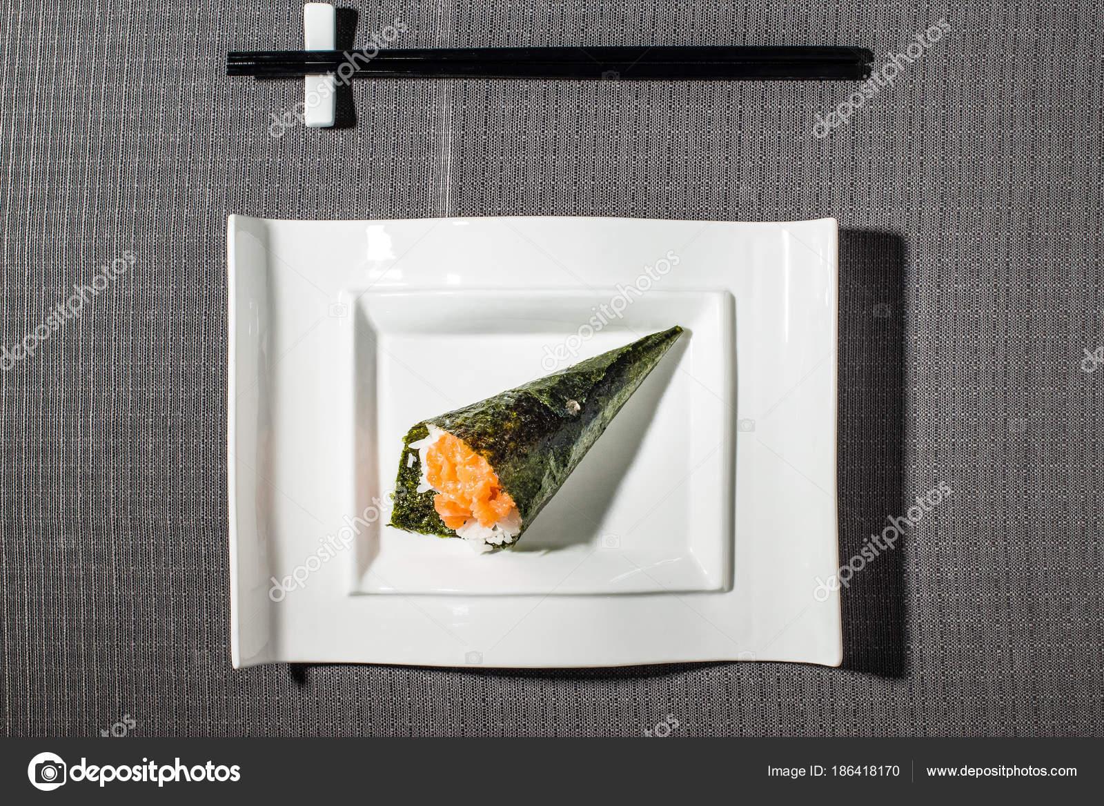Tartare de saumon Temaki, variante du sushi japonais typique