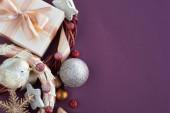 vánoční dárky a ozdoby
