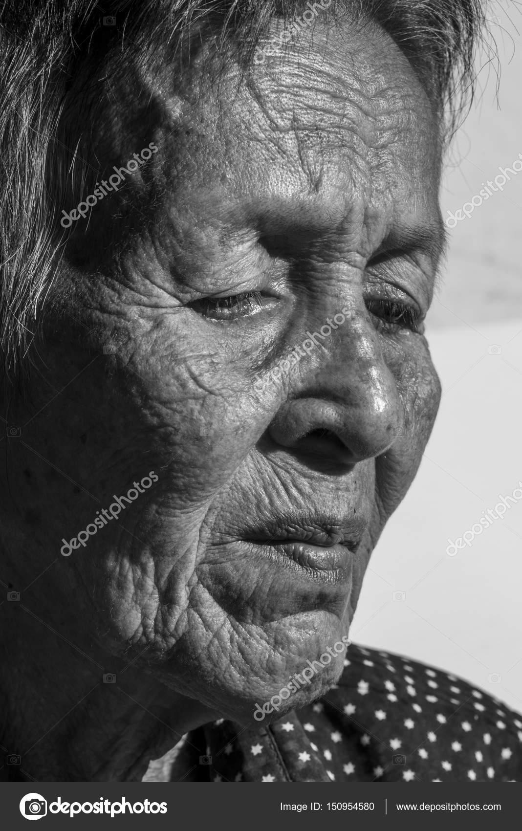 einsame alte Frau