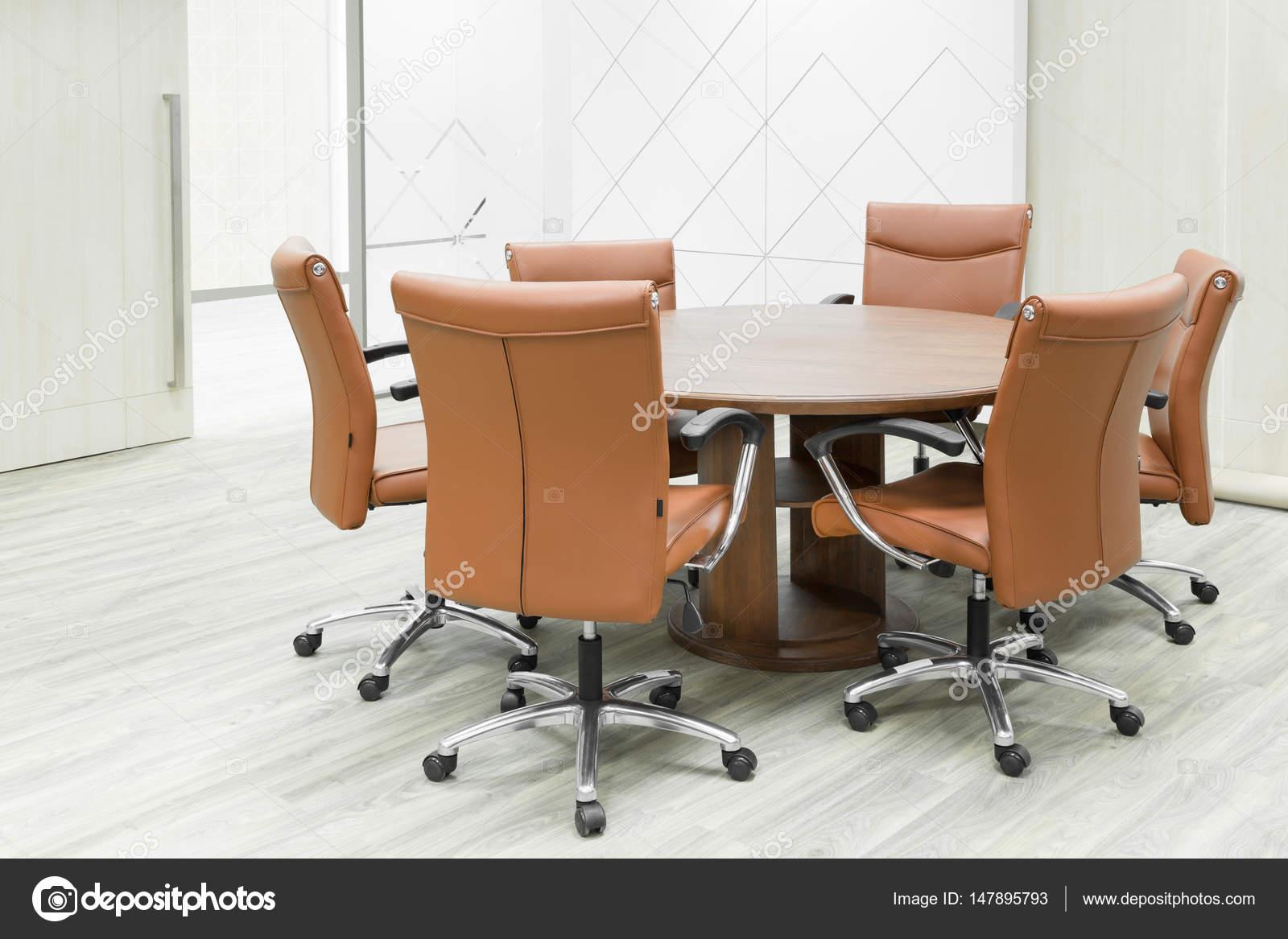 Riunione tavolo in legno e sedie marrone in sala riunioni u foto