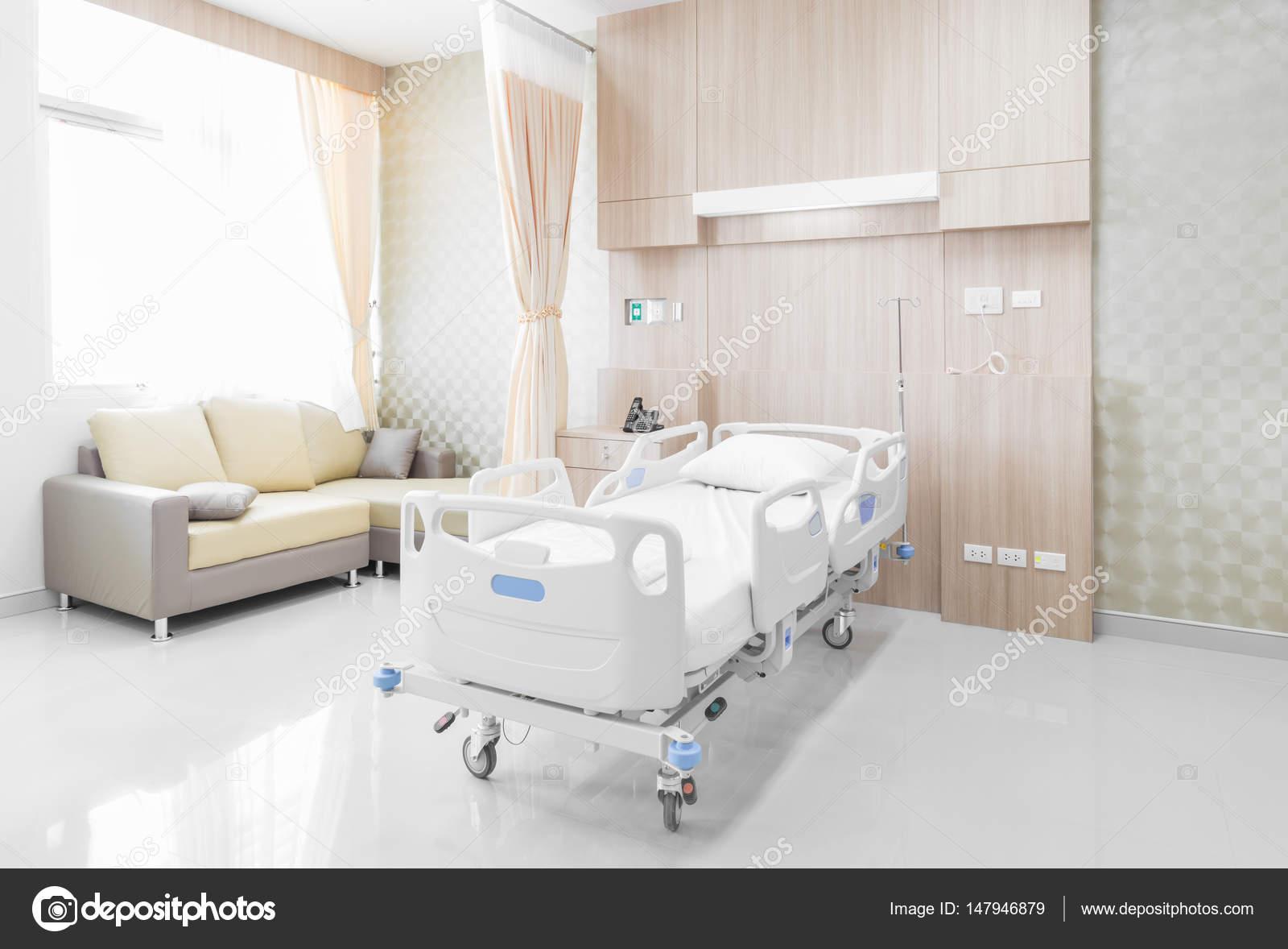 Chambre d\'hôpital avec lits et medical confortable équipé dans un ...