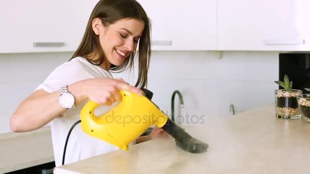 Žena čištění kuchyně s parní čistič