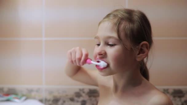 Malá holčička, kartáčky na zuby kartáčkem