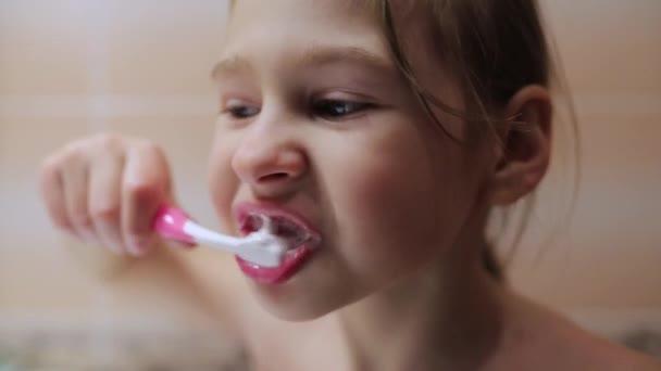 Malá holčička si čistí zuby