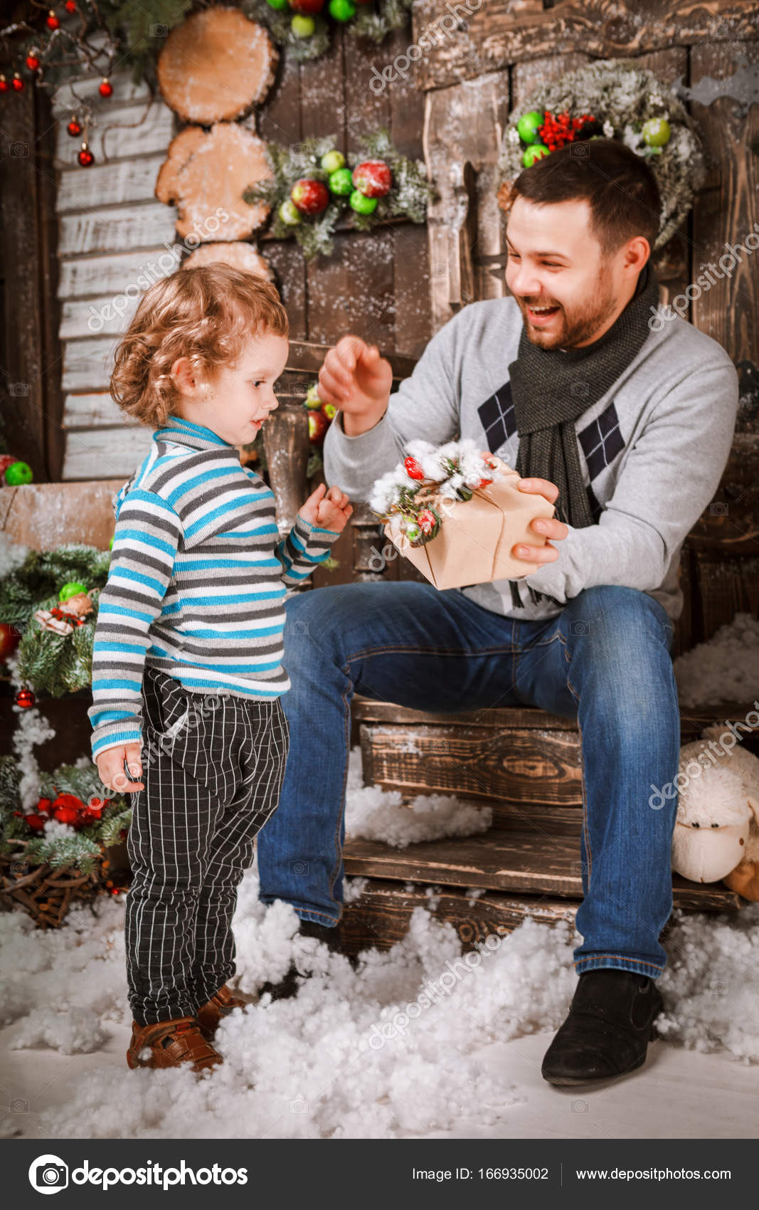 Glücklicher Vater gibt ein Weihnachtsgeschenk an seinen Sohn in ...