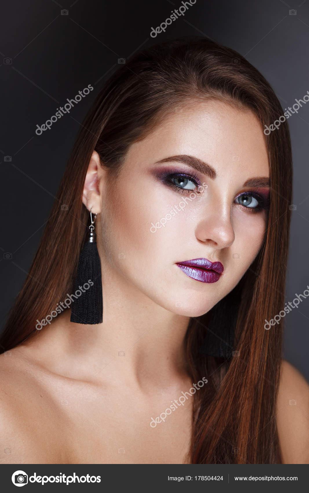 Hermosa Mujer Morena Con Cabello Largo Sano Lacio Y Brillante