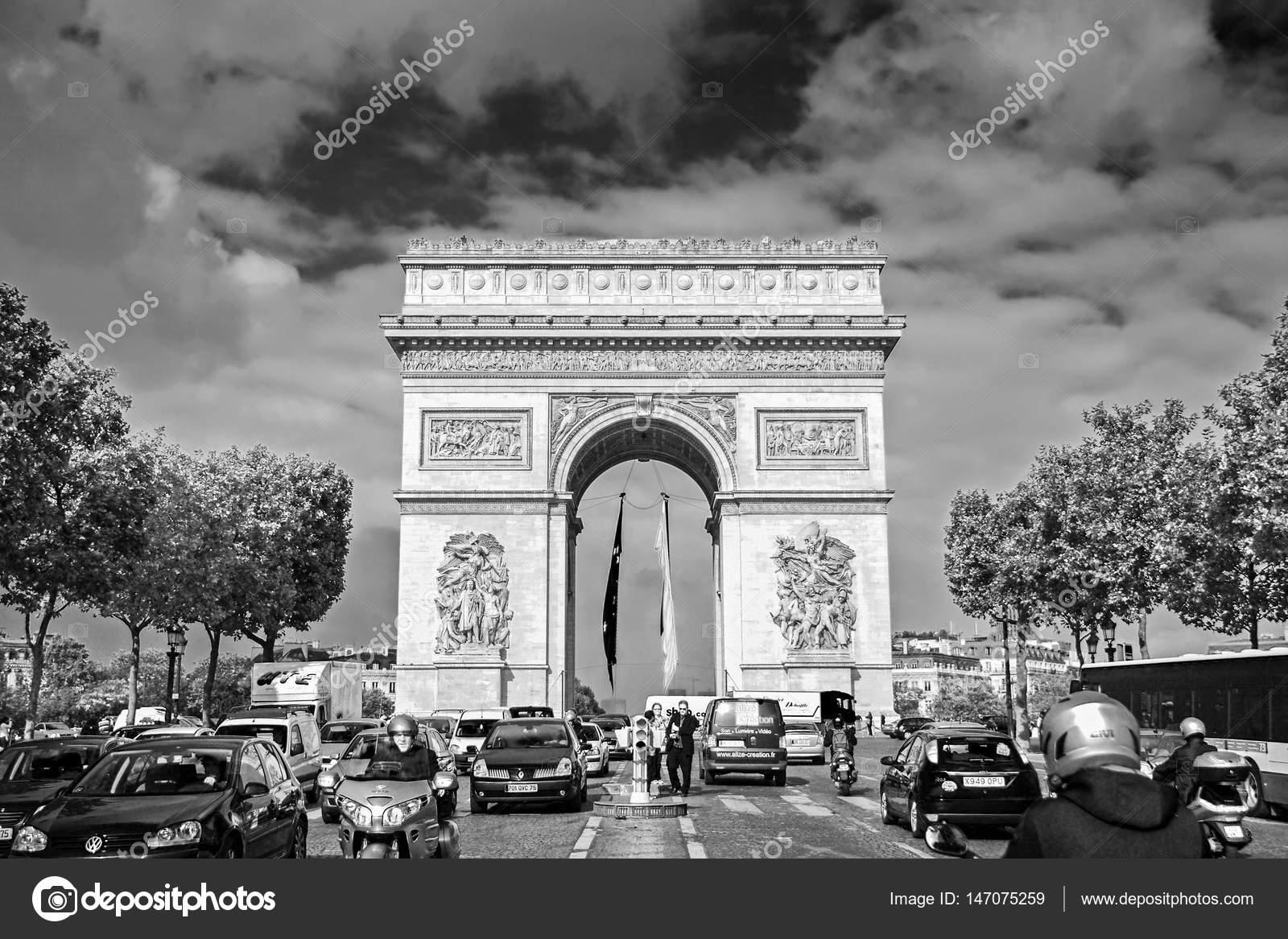 paris, france - 25 septembre 2008 : l'arc de triomphe et des champs