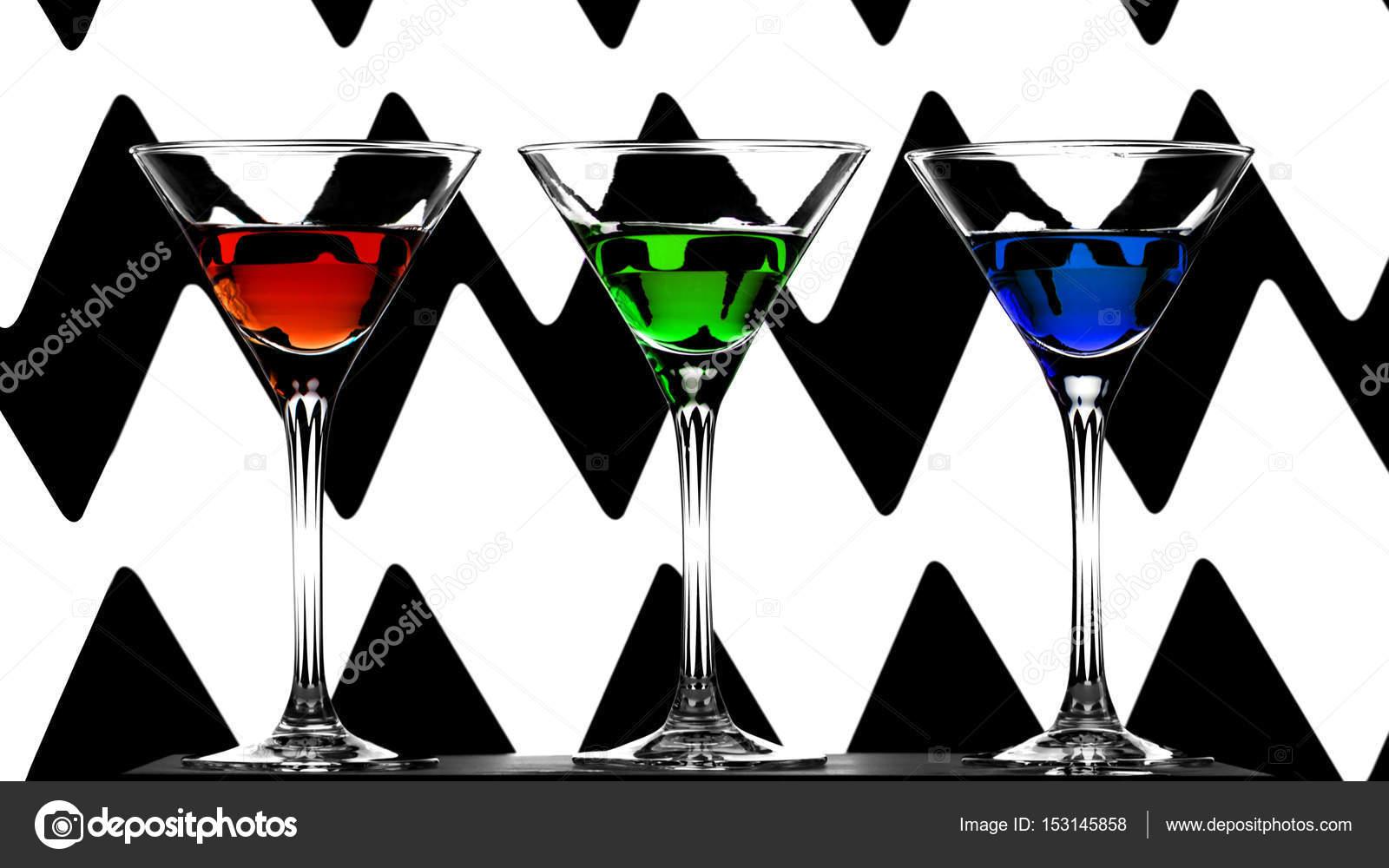 Trois Verres Cocktail L Gants Avec Des Liqueurs Rouges Verts  # Verres Noirs Et Blanc
