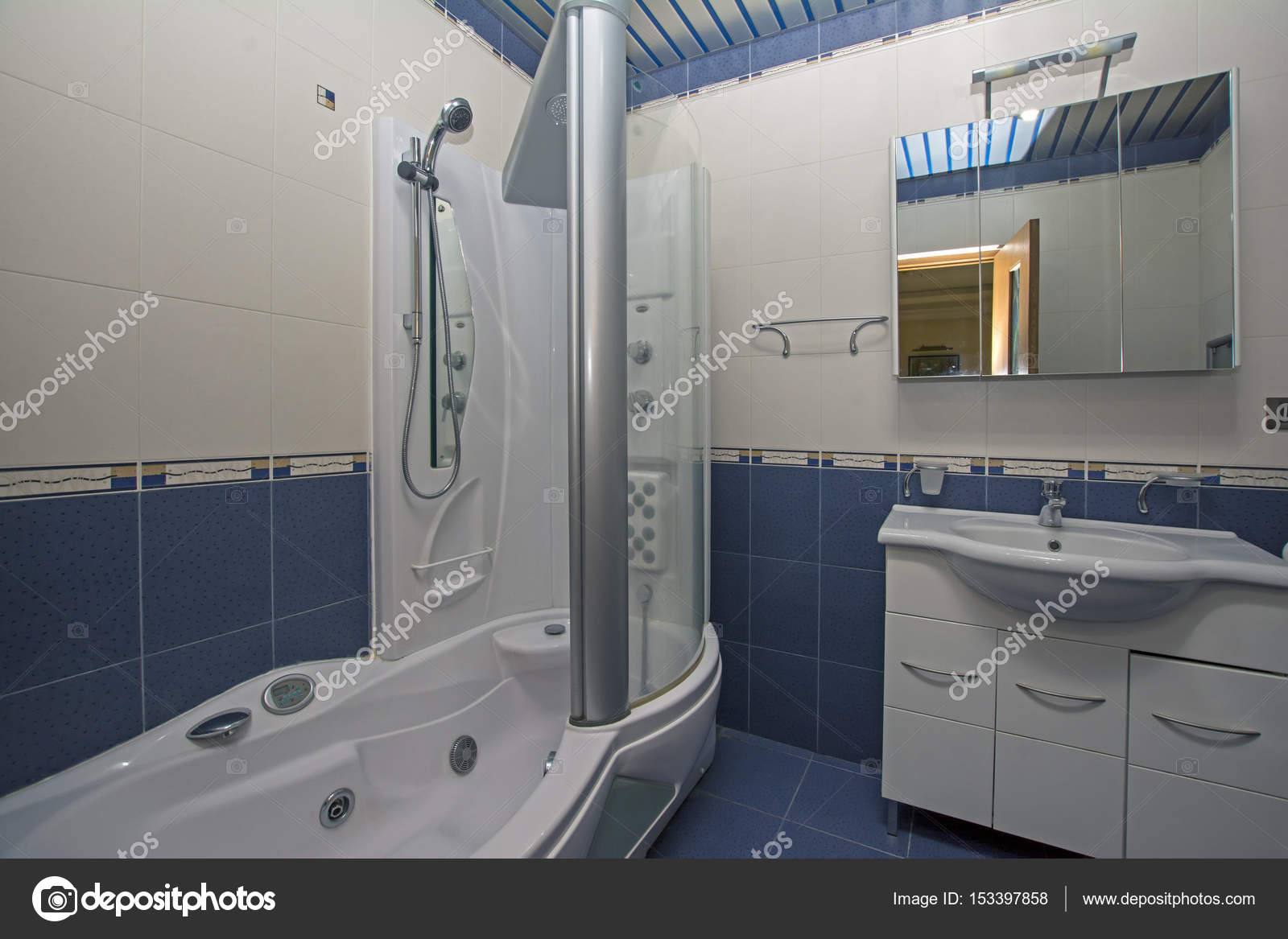 Erevan (Arménie)-17 avril 2017 : salle de bains moderne. Appartement ...